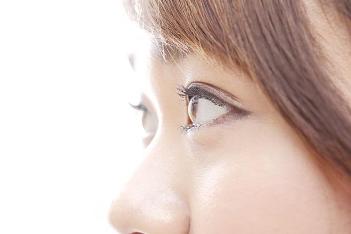 目が二重の女性の目元