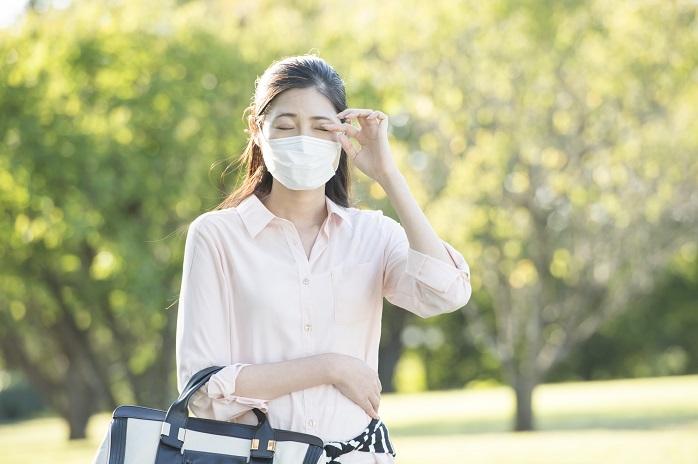 花粉症で目がかゆい女性