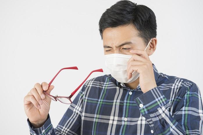 花粉対策のためにメガネをする男性