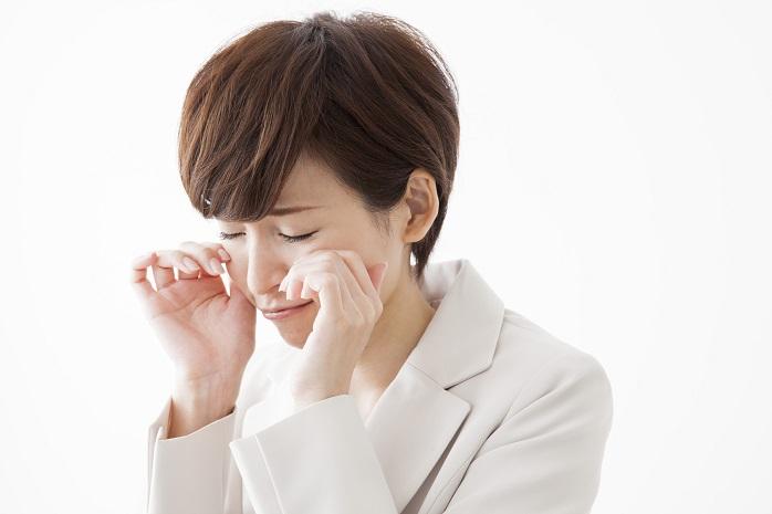 花粉症で目が充血していて辛い表情の女性
